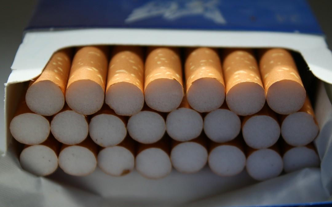 Coraz więcej firm zabrania pracownikom palenia tytoniu a coraz mniej pomaga im zerwać z nałogiem