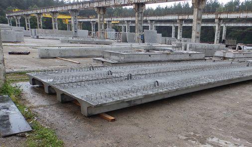 Ciężki wypadek przy produkcji betonowych elementów sprężonych